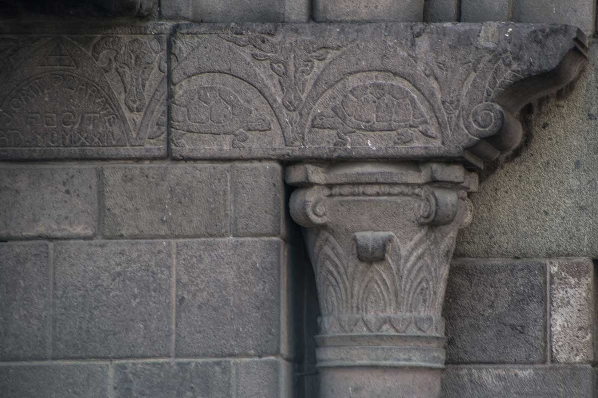 Detalles tortugas y capitel