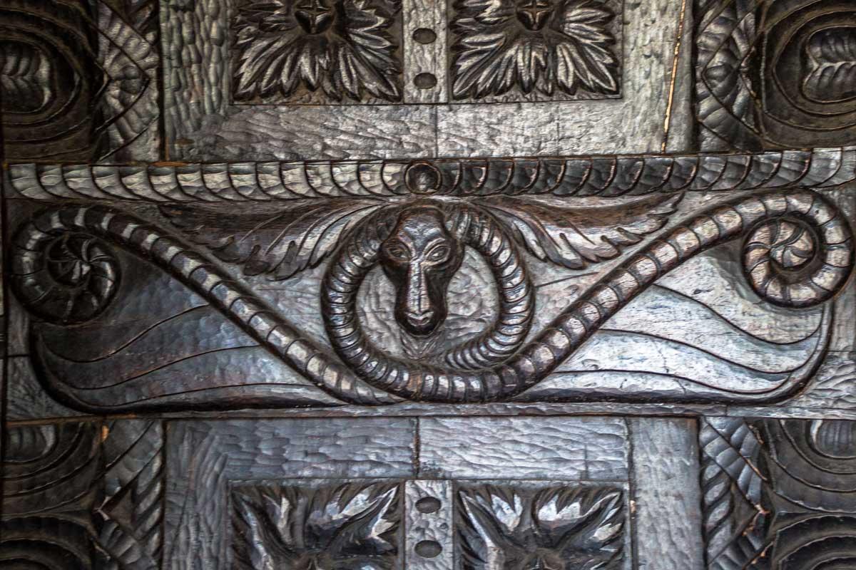 Detalle puerta de cedro.